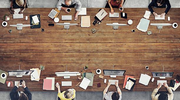uomini d'affari incontro discussione concetto di lavoro - business meeting, table view from above foto e immagini stock