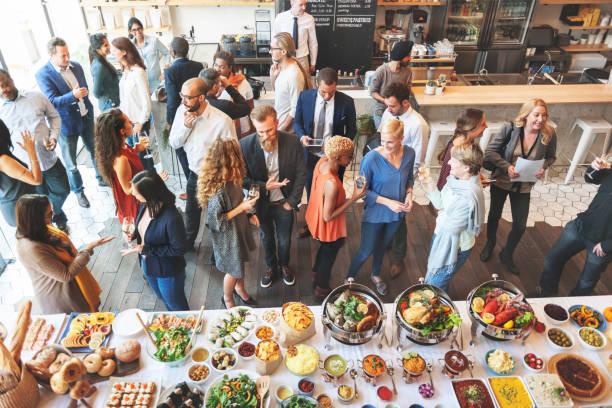 uomini d'affari che incontrano mangiare discussione cucina concetto di festa - evento foto e immagini stock