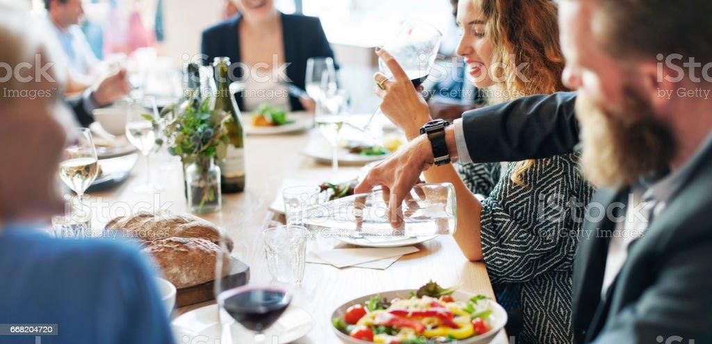 Reunião de pessoas de negócio comendo discussão conceito de cozinha - foto de acervo