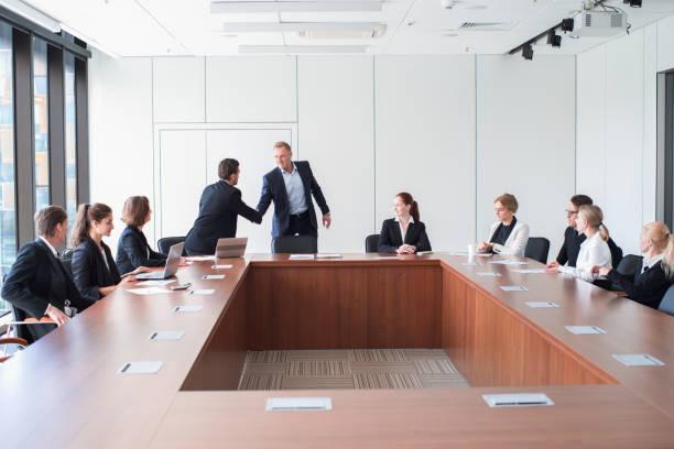 Geschäftsleute treffen sich im Amt – Foto