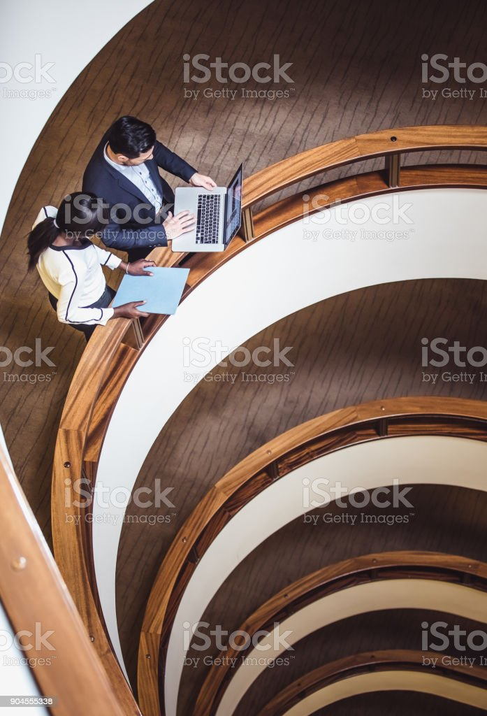 Business-Leute-Meeting auf dem Flur, am Laptop arbeiten – Foto