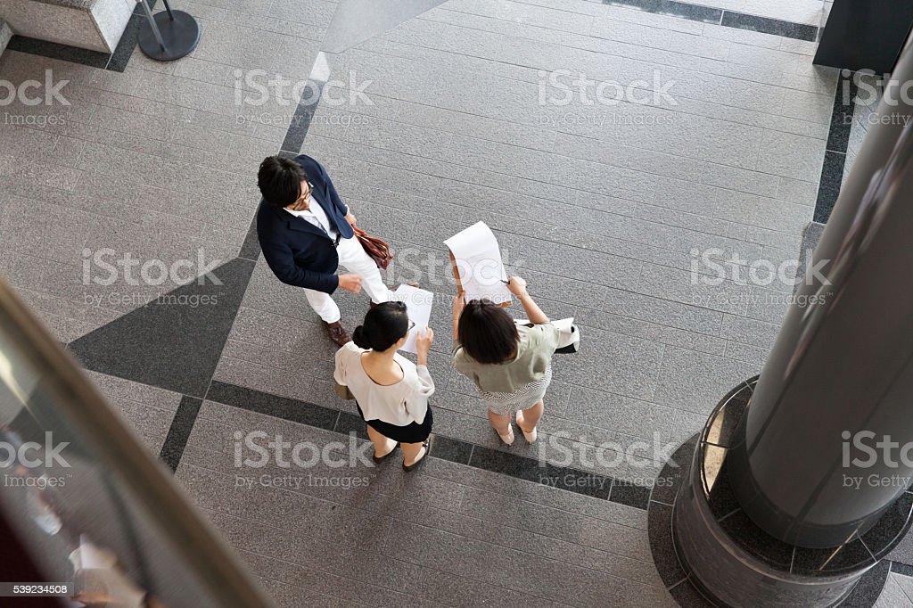 Gente de negocios reunión en el lobby foto de stock libre de derechos