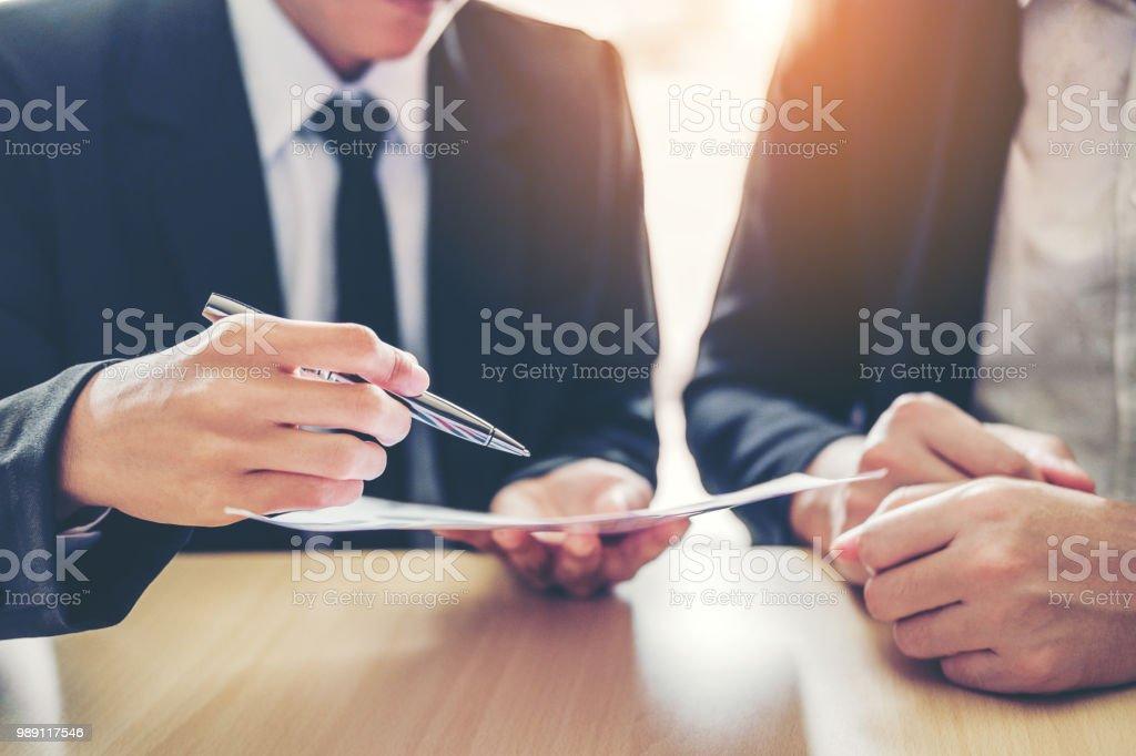 Geschäftsleute treffen Vertragsverhandlungen zwischen zwei Kollegen - Lizenzfrei Abmachung Stock-Foto