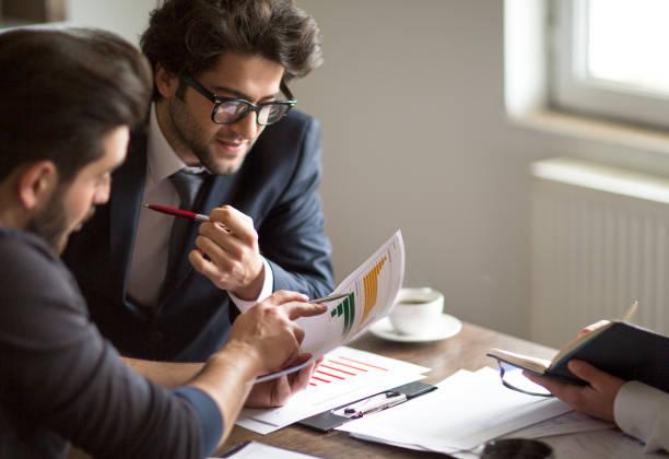 技術と戦略分析概念の計画ノート パソコン会議ビジネス人々 - 柱頭 ストックフォトと画像