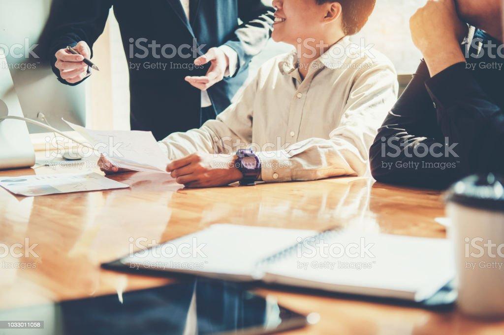 事務所の同僚に将来の計画に計画戦略分析概念を満たすビジネス人々 ストックフォト