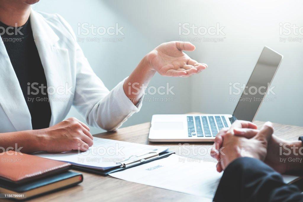 Business People Meeting Planungsstrategie im Gespräch über Businessplan, Fortschrittsbericht für die Geschäftstätigkeit - Lizenzfrei Arbeiten Stock-Foto