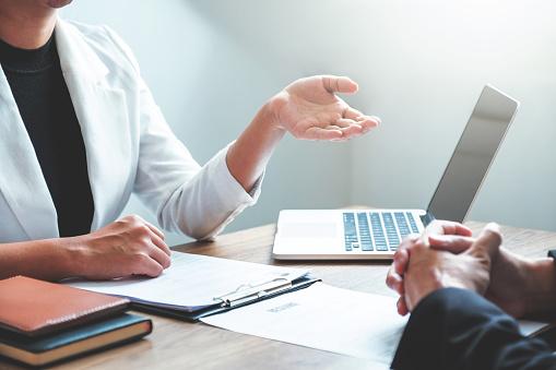Business People Meeting Planungsstrategie Im Gespräch Über Businessplan Fortschrittsbericht Für Die Geschäftstätigkeit Stockfoto und mehr Bilder von Arbeiten