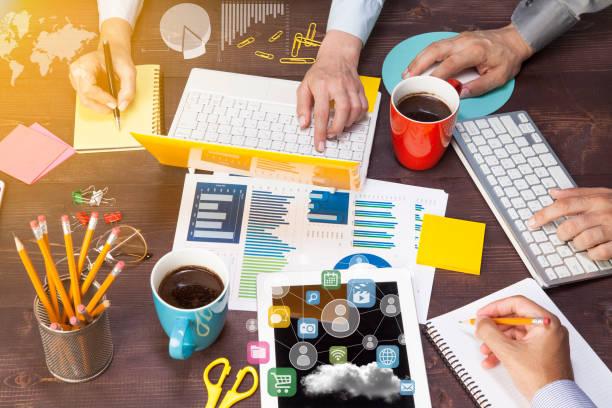 Business-Leute-Meeting mit Laptop-Computer, TabletPC, Papier für Analyse-Business-Strategie – Foto
