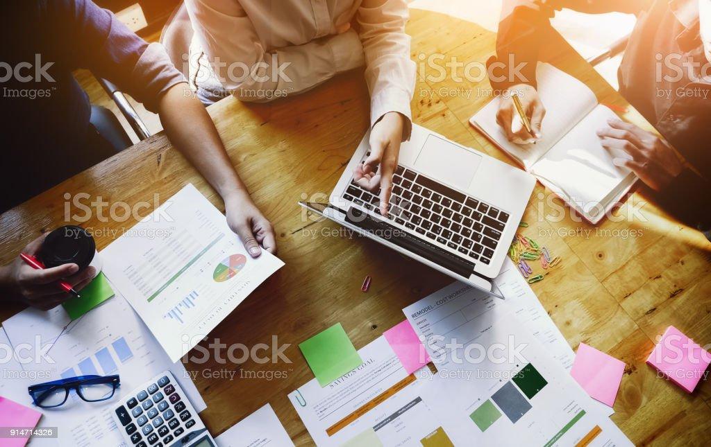 Business-Leute-Meeting mit Laptop-Computer, Rechner, Notebook, plant Börse Chart Papier für die Analyse zur Qualitätsverbesserung nächsten Monat. Konferenz-Diskussion Unternehmenskonzept – Foto