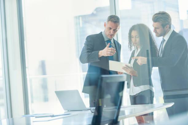 ビジネスの人々 は、デジタル タブレットとの出会い。 - ビジネスフォーマル ストックフォトと画像