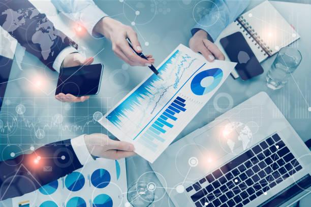 Geschäftsleute treffen mit Technologie – Foto
