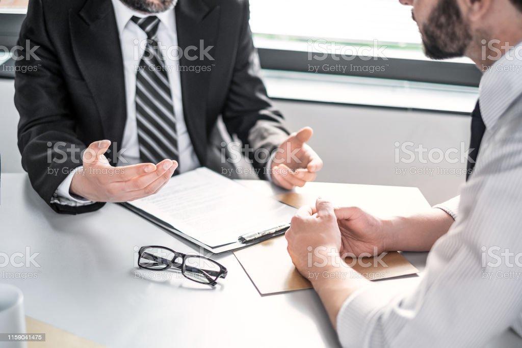 契約を交渉するビジネスマン。 - 保険のロイヤリティフリーストックフォト