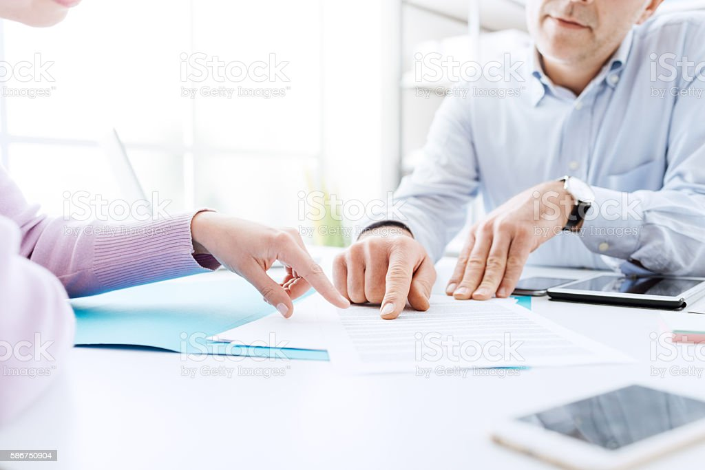 Business people negotiating a contract - foto de stock