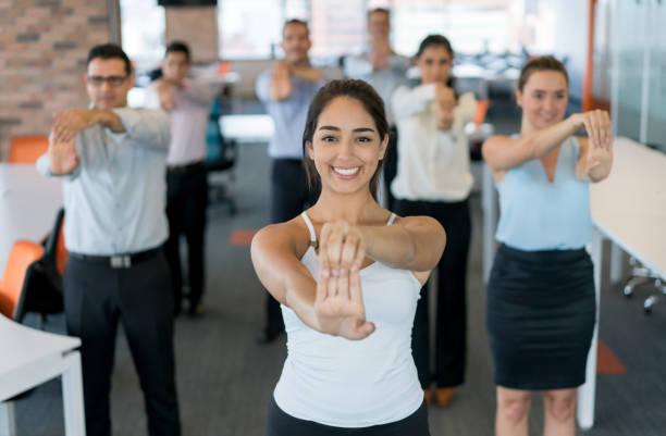 geschäftsleute auf eine aktive pause im büro - yoga fürs büro stock-fotos und bilder