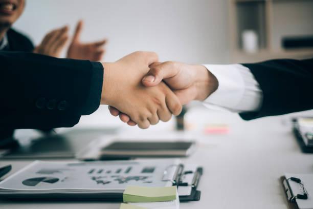 Geschäftspartner schütteln händeschütteln nach vollständigem Vertragsplan im Besprechungsraum, Investitionskonzept, Erfolgskonzept – Foto