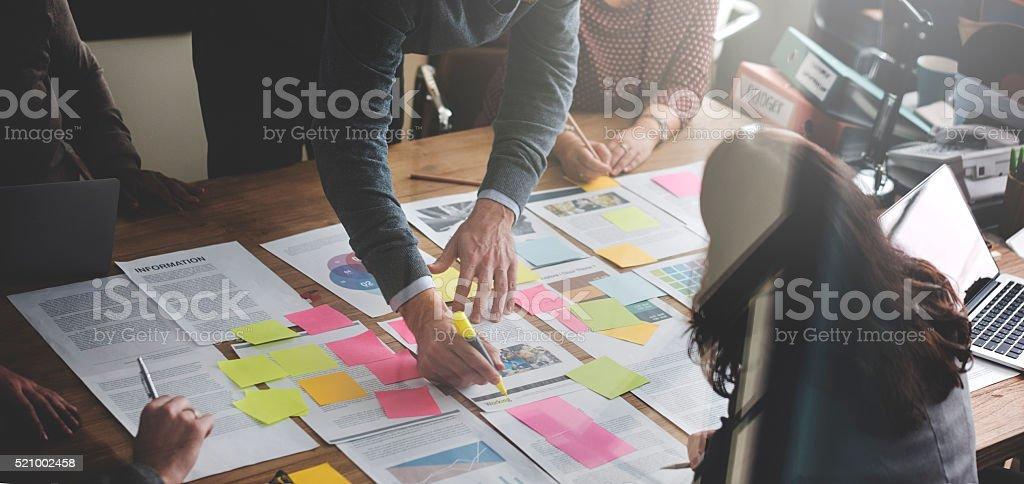 Geschäftsleute, die Analyse Büro Konzept der Strategie - Lizenzfrei Arbeiten Stock-Foto