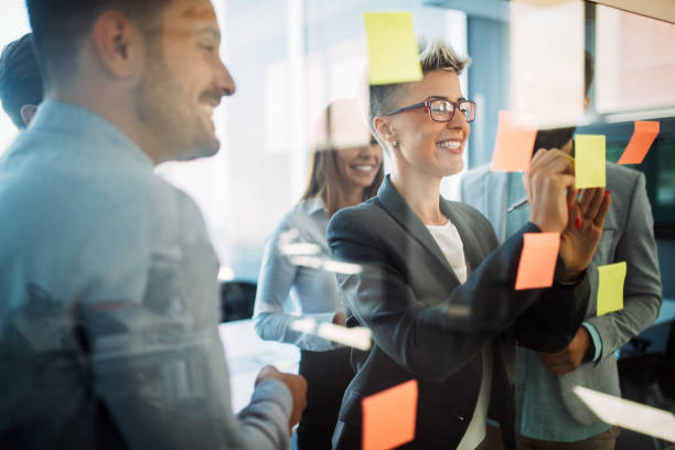Geschäftsleute planen gemeinsam Strategie im Büro – Foto