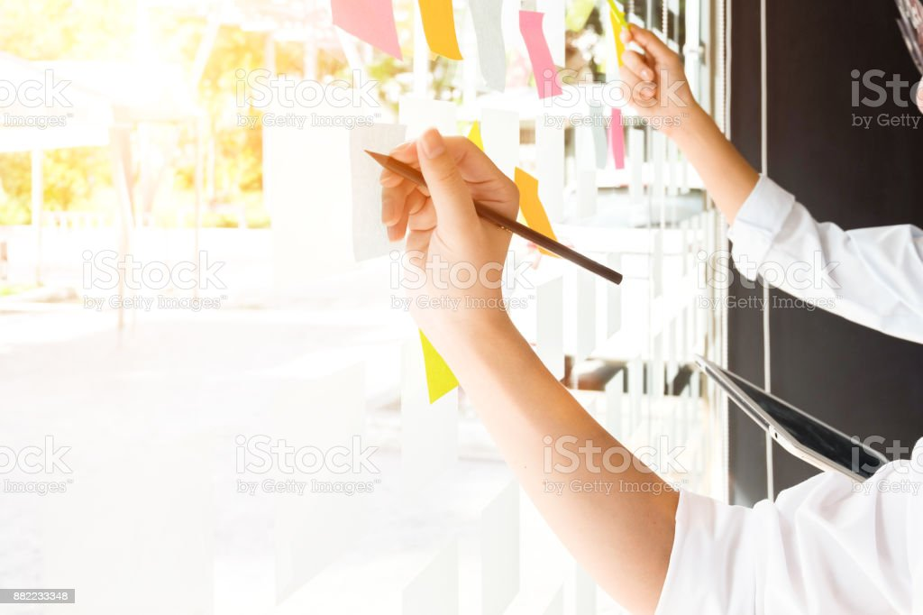 Geschäftsleute post-it Notes in Glaswand im Tagungsraum, Teamarbeit Begriff, Planung – Foto
