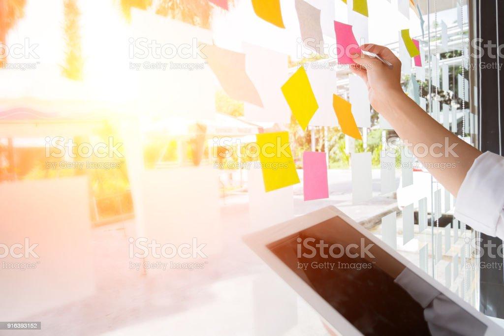 Business-Leute post-it Notizen, um die Idee zu diskutieren und Planung in Glaswand im Tagungsraum, Teamwork Konzept teilen – Foto