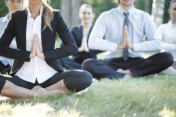 Geschäftsleute üben yoga – Foto
