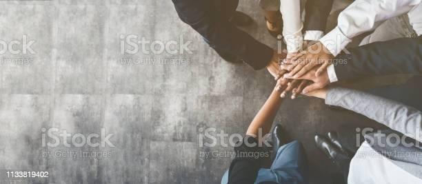 Zakelijke Mensen Zetten Hun Handen Samen Bovenaanzicht Stockfoto en meer beelden van Achtergrond - Thema