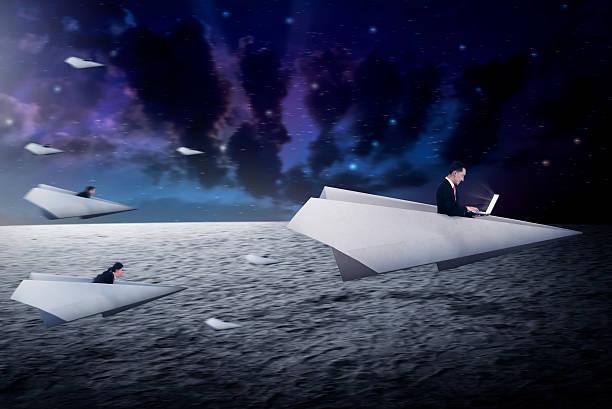 geschäftsleute rennen mit papier flugzeug, für bessere karriere - origami mobil stock-fotos und bilder