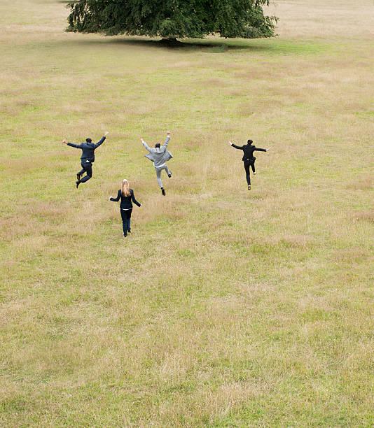 Las personas de negocios correr juntos en el campo - foto de stock