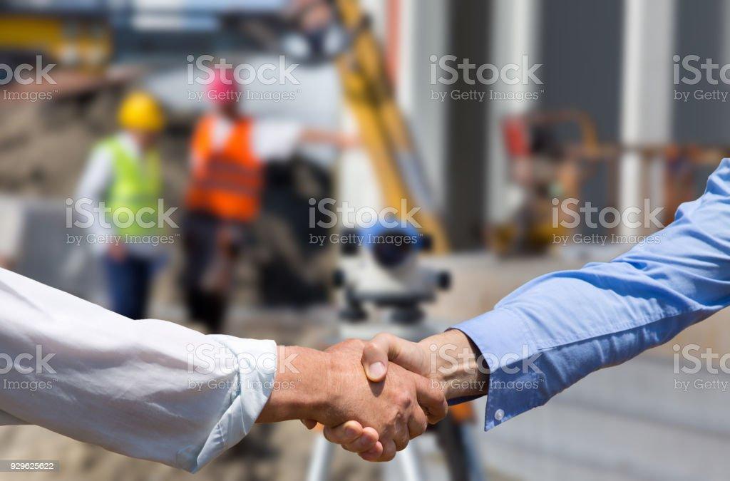 Geschäftsleute Händeschütteln auf Baustelle – Foto
