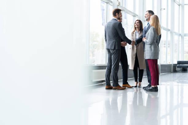 affärsmän skakar hand, efterbehandling upp ett möte. handslag. affärsidé. - client meeting bildbanksfoton och bilder
