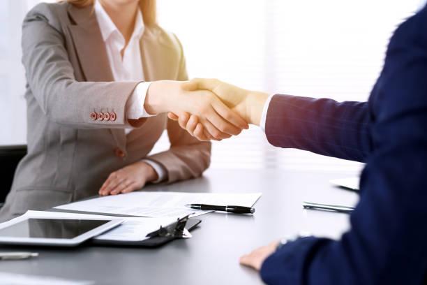 Geschäftsleute schütteln die Hände und beenden ein Treffen. Papers Signatur, Vertrag und Anwaltsberatung Konzept – Foto