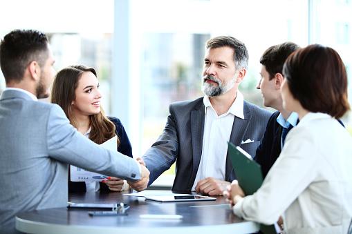 Geschäftsleute Hände Schütteln Finishing Ein Treffen Stockfoto und mehr Bilder von Abmachung