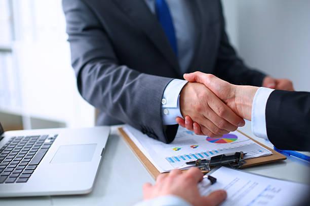 Geschäftsleute, Hände schütteln, finishing ein Treffen – Foto
