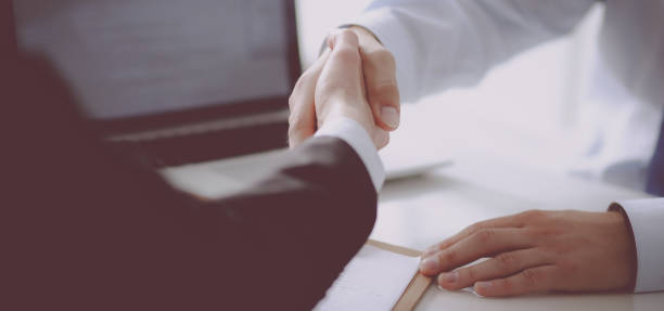Business people shaking hands, finishing up a meeting – Foto
