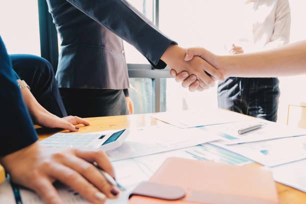 Geschäftsleute schütteln Hände, Beenden des Meetings, Geschäftsetikette, Gratulation, Fusions- und Übernahmekonzept – Foto