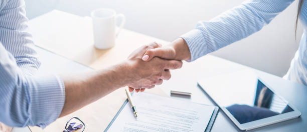 Business people shaking hands, finishing up meeting. – zdjęcie