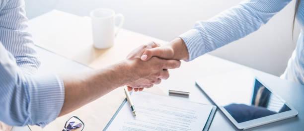 Geschäftsleute schütteln Hände und beenden das Treffen. – Foto