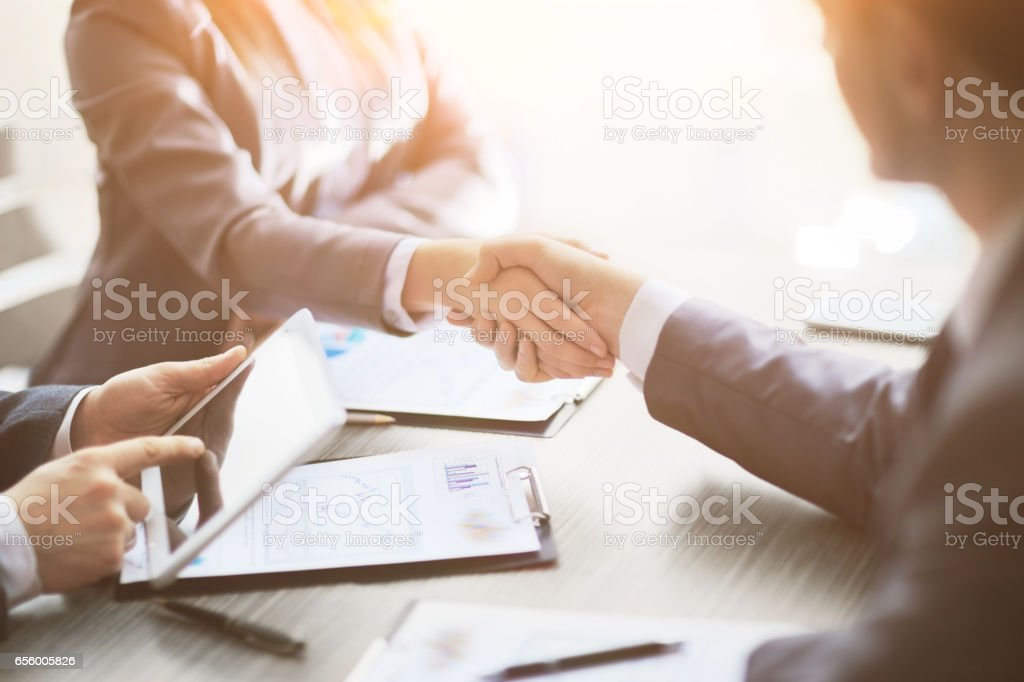 Business people shaking hands, finishing up meeting - foto stock