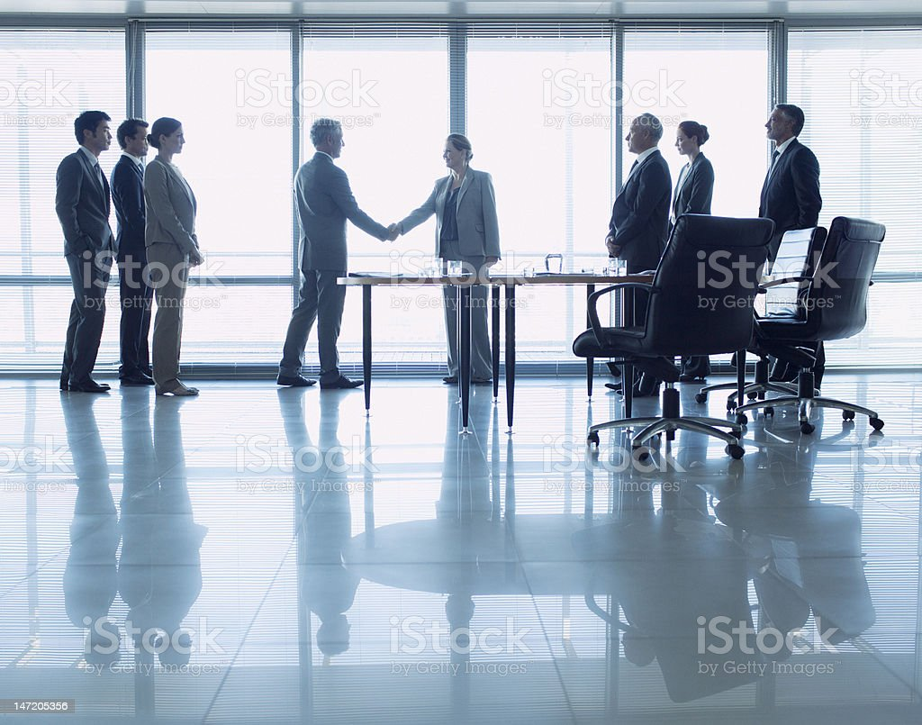 Business people shaking hands in conference room​​​ foto