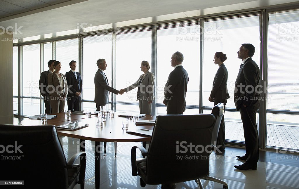 Business people shaking hands in conference room foto