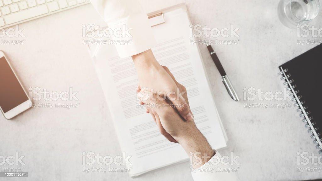 Geschäftsleuten beim Händeschütteln im Büro – Foto