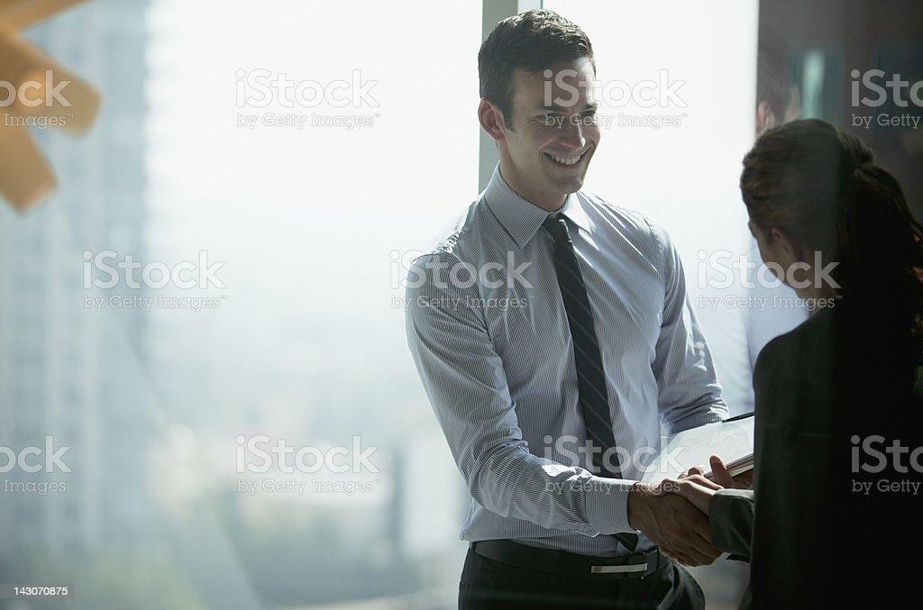 Gens d'affaires se serrant la main dans le bureau - Photo