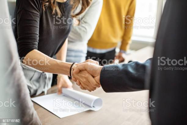 Mensen Uit Het Bedrijfsleven Schudden Handen In Kantoor Stockfoto en meer beelden van Alleen volwassenen
