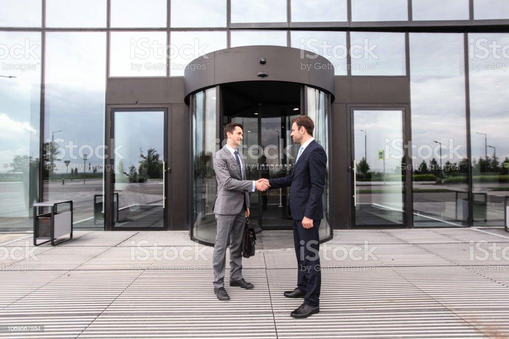 Geschäftsleute, die Hände schütteln – Foto