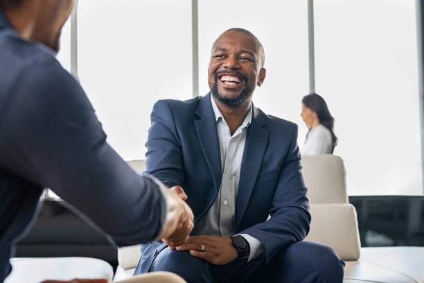 Geschäftsleute schütteln Hände – Foto
