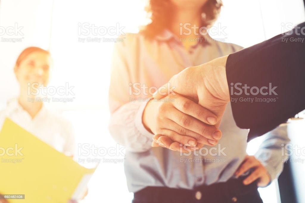 Geschäftsleute beim Händeschütteln  – Foto