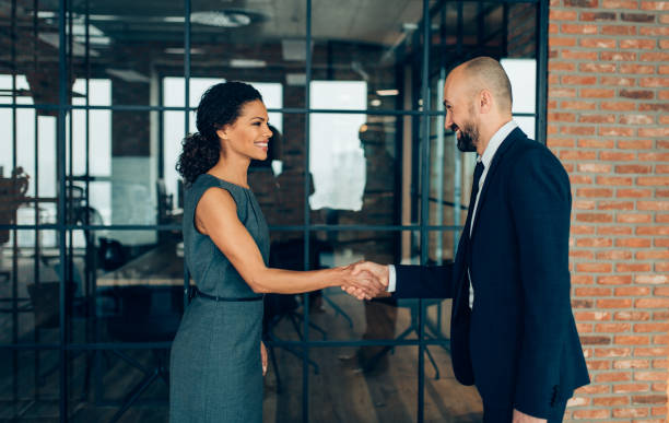 business people shaking hands - faccia a faccia foto e immagini stock