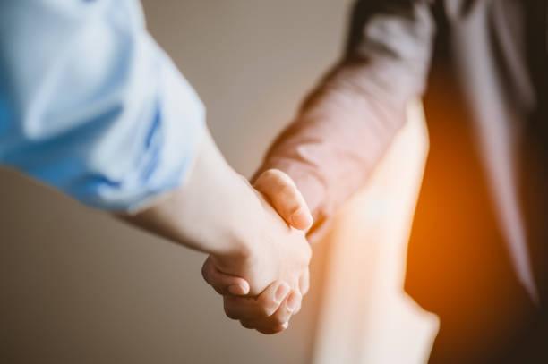 gens d'affaires serrant la main. concept d'affaires et de bureau. - se saluer photos et images de collection