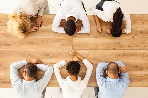 business personen schlafen im büro-tisch - traum team stock-fotos und bilder