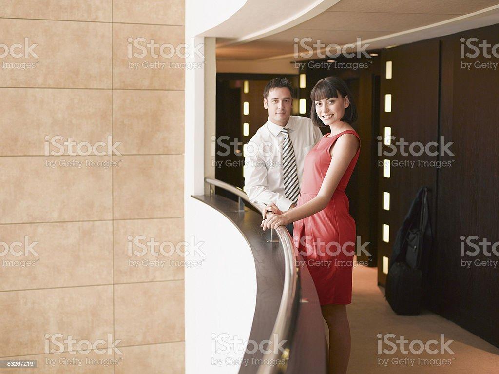 Gens d'affaires debout au balcon, couloir de l'hôtel photo libre de droits