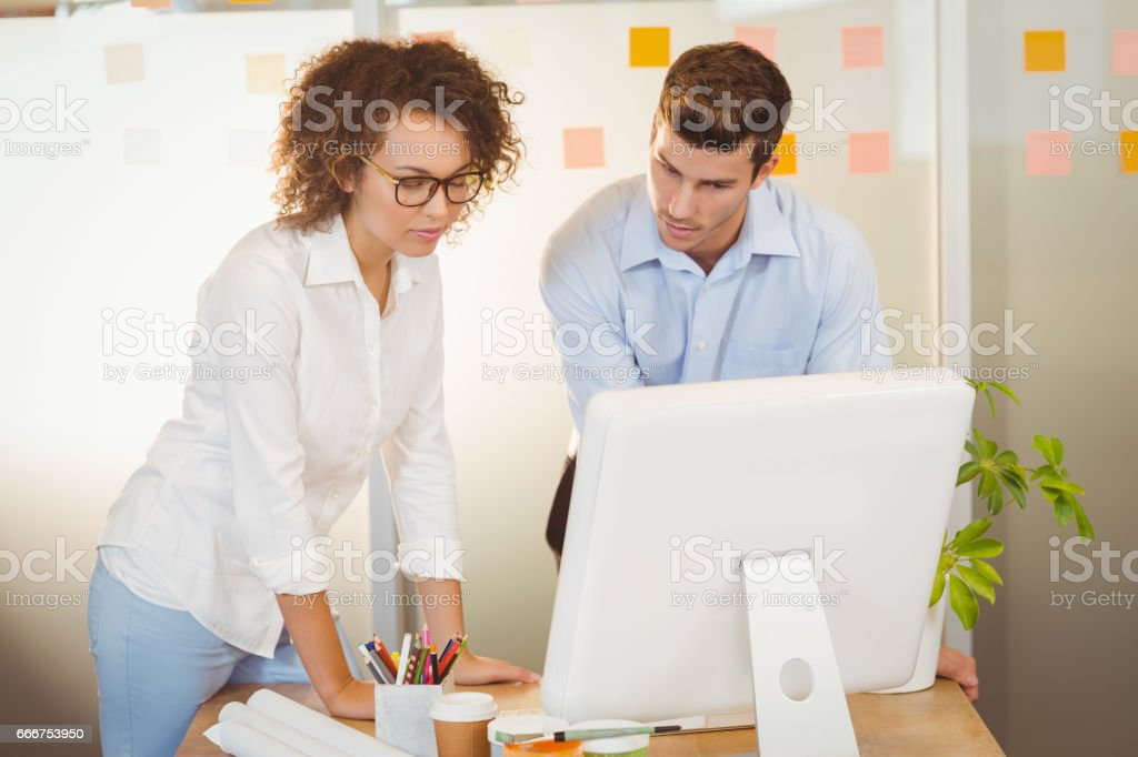 Business people standing by table foto stock royalty-free